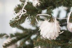 Белые игрушки мех-дерева на рождественской елке домодельной Стоковое фото RF