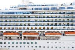Белые и голубые балконы с померанцовыми Lifeboats стоковая фотография rf