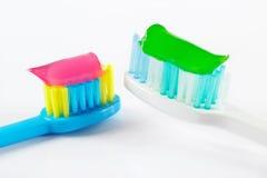 Белые и голубые зубные щетки с зубной пастой Стоковое Фото