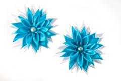 Белые и голубые handmade зажимы волос для девушек на белой предпосылке стоковые изображения