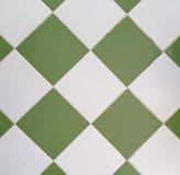 Белые и зеленые плитки от обрамленной изразцовой печи Стоковые Фотографии RF