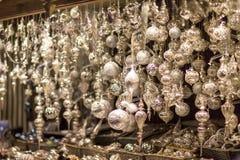 Белые и серебряные орнаменты рождественской елки и шарики, конец стойла рынка пришествия вверх, фото стоковые изображения