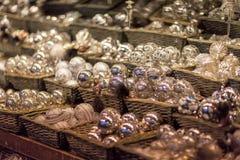 Белые и серебряные орнаменты рождественской елки и шарики, конец стойла рынка пришествия вверх, фото стоковое фото