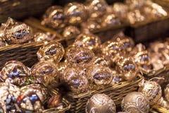 Белые и серебряные орнаменты рождественской елки и шарики, конец стойла рынка пришествия вверх, фото стоковое изображение rf