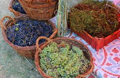 Белые и черные сжатые виноградины стоковое изображение rf