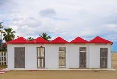 Белые кабины пляжа с красными крышами стоковые изображения rf