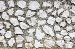 Белые камни неправильной формы строя стену стоковые изображения