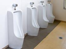 Белые керамические санитарные изделия в уборном, туалете для людей стоковое изображение rf
