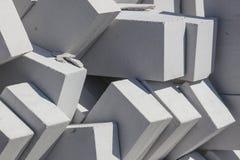 Белые кирпичи на строительной площадке как строительный материал стоковое изображение