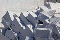 Белые кирпичи на строительной площадке как строительный материал стоковое фото