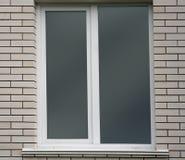 Белые кирпичная стена и окно Стоковые Изображения