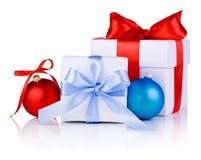 Белые коробки связанные с тесемкой обхватывают, красный цвет и синь Стоковые Фото