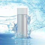 Белые косметические продукты с водой брызгают на cyan предпосылке Стоковые Изображения RF