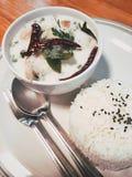 Белые куриный суп карри и рис самолета Стоковая Фотография