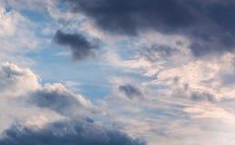 Белые курчавые облака в голубом небе 1 предпосылка заволакивает пасмурное небо Стоковые Изображения