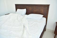 Белые листы и подушка постельных принадлежностей в белой гостинице спальни грязно стоковые фото