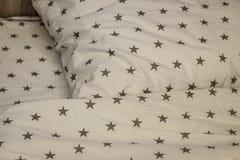 Белые лист, одеяло и подушки постельных принадлежностей в гостиничном номере Остатки, спать, концепция комфорта Подушка на кроват стоковое фото rf