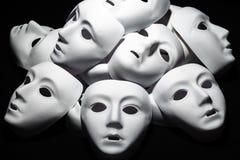 Белые маски театра на черной предпосылке Аннотация стоковые фото