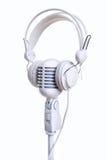 Белые микрофон и наушники Стоковые Изображения