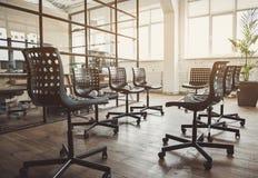 Белые наушники размещая на стульях Стоковое Изображение RF