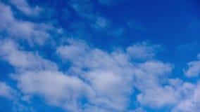 Белые облака и голубое небо на холоде сток-видео