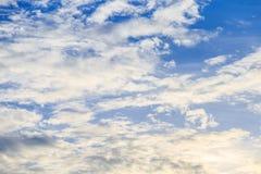 Белые облака и голубое небо Стоковые Изображения