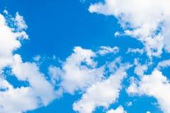 Белые облака кучи и голубое небо стоковые фотографии rf