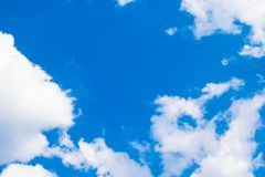 Белые облака кучи и голубое небо стоковое фото rf