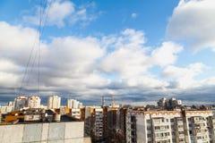 Белые облака над кондоминиумом Стоковое Фото