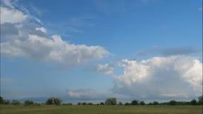 Белые облака над сельской местностью акции видеоматериалы