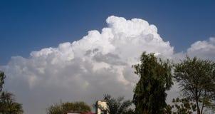 Белые облака на голубом небе стоковое фото