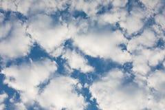 Белые облака Altocumulus с предпосылкой голубого неба Стоковое Фото