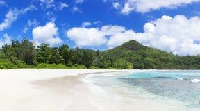 Белые песок пляжа коралла и Индийский океан просини. Стоковое Изображение