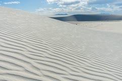Белые песчанные дюны и картина волны в ярком дневном свете стоковые фотографии rf