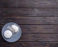 Белые печенья на голубой плите Стоковые Изображения RF