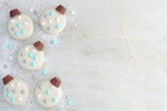 Белые печенья орнамента рождества шоколада встают на сторону граница на мраморе Стоковая Фотография RF