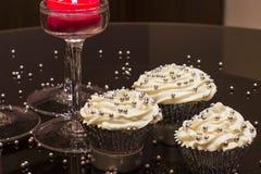 Белые пирожные с серебром брызгают Стоковые Фото