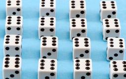 Белые плашки азартной игры чернят многоточия на голубой предпосылке Стоковые Изображения