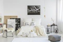 Белые подушки на кровати Стоковое Изображение