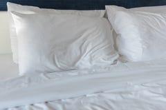 Белые подушки на кровати Стоковые Фото