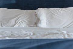 Белые подушки на кровати Стоковые Изображения RF
