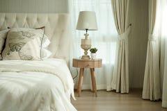 Белые подушки устанавливая на английские постельные принадлежности стиля страны Стоковое фото RF