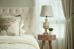 Белые подушки устанавливая на английские постельные принадлежности стиля страны Стоковые Изображения RF
