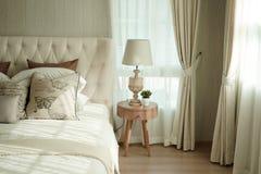 Белые подушки устанавливая на английские постельные принадлежности стиля страны Стоковые Фото