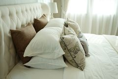 Белые подушки устанавливая на английские постельные принадлежности стиля страны Стоковая Фотография RF