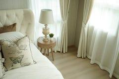 Белые подушки устанавливая на английские постельные принадлежности стиля страны Стоковые Фотографии RF