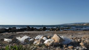 Белые полиэтиленовые пакеты на песчаном пляже Концепция безопасности земли ( видеоматериал