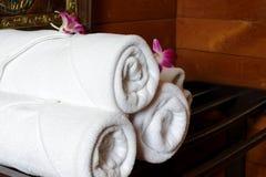 Белые полотенца ванны на шкафе полотенца Стоковое Изображение RF