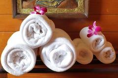 Белые полотенца ванны на шкафе полотенца Стоковая Фотография RF