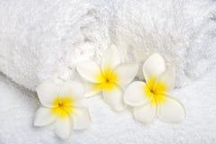 Белые полотенца с белыми цветками Стоковые Фото